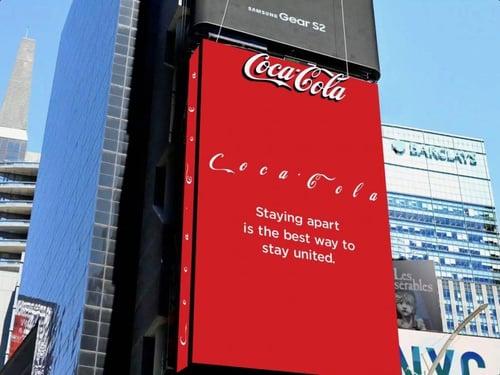 Coca cola separa le lettere del logo