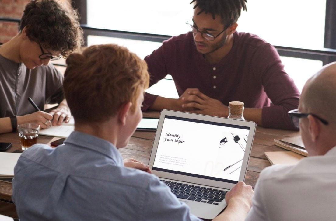 Persone che lavorano insieme attorno ad un tavolo con i computer